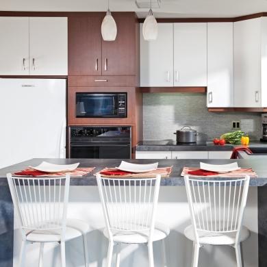 Renouveler les armoires avec un placage de bois cuisine for Placage armoire cuisine