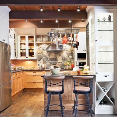 Cuisine au confort rustique cuisine inspirations for Luminaire cuisine rustique