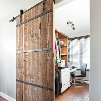 le walk in derri re la porte de grange rangement inspirations d coration et r novation. Black Bedroom Furniture Sets. Home Design Ideas