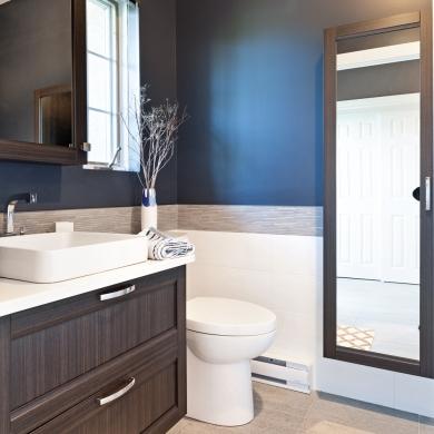 Jeu de contrastes pour petite salle d 39 eau salle de bain inspirations - Deco petite salle d eau ...