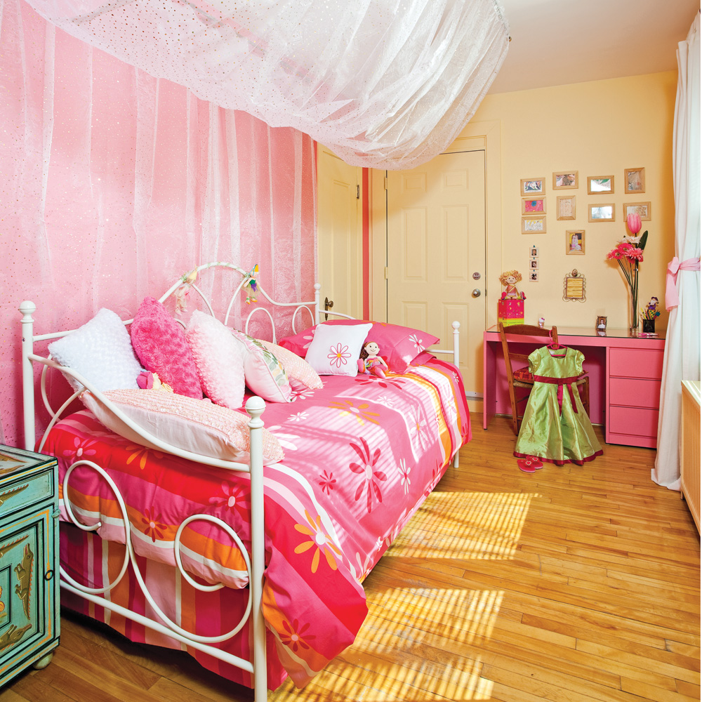 petite chambre de fille with amnagement petite chambre fille. Black Bedroom Furniture Sets. Home Design Ideas