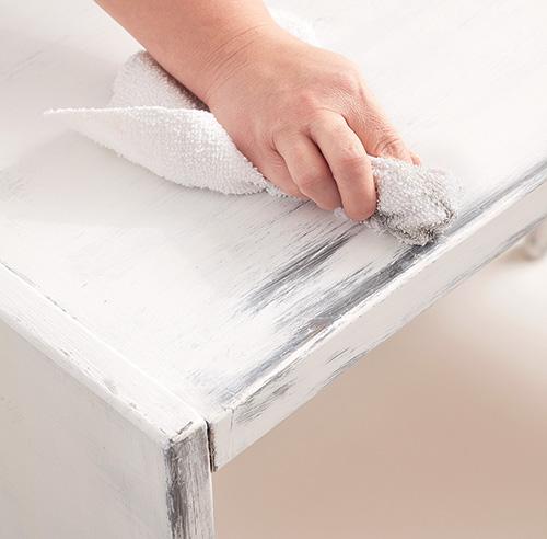 En tapes transformer une commode avec de la peinture en tapes d corati - Peinture blanche bois ...