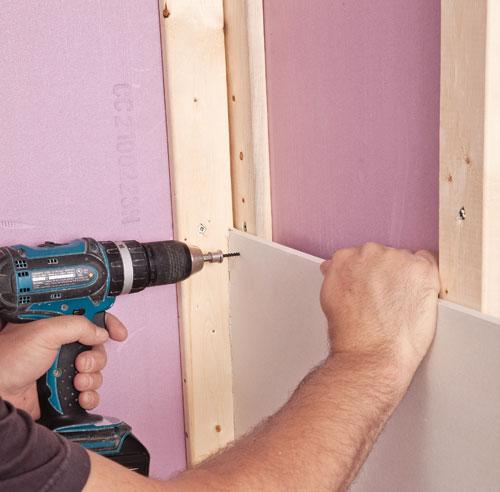En tapes poser du gypse en tapes d coration et r novation pratico pratique - Poser des moulures au mur ...