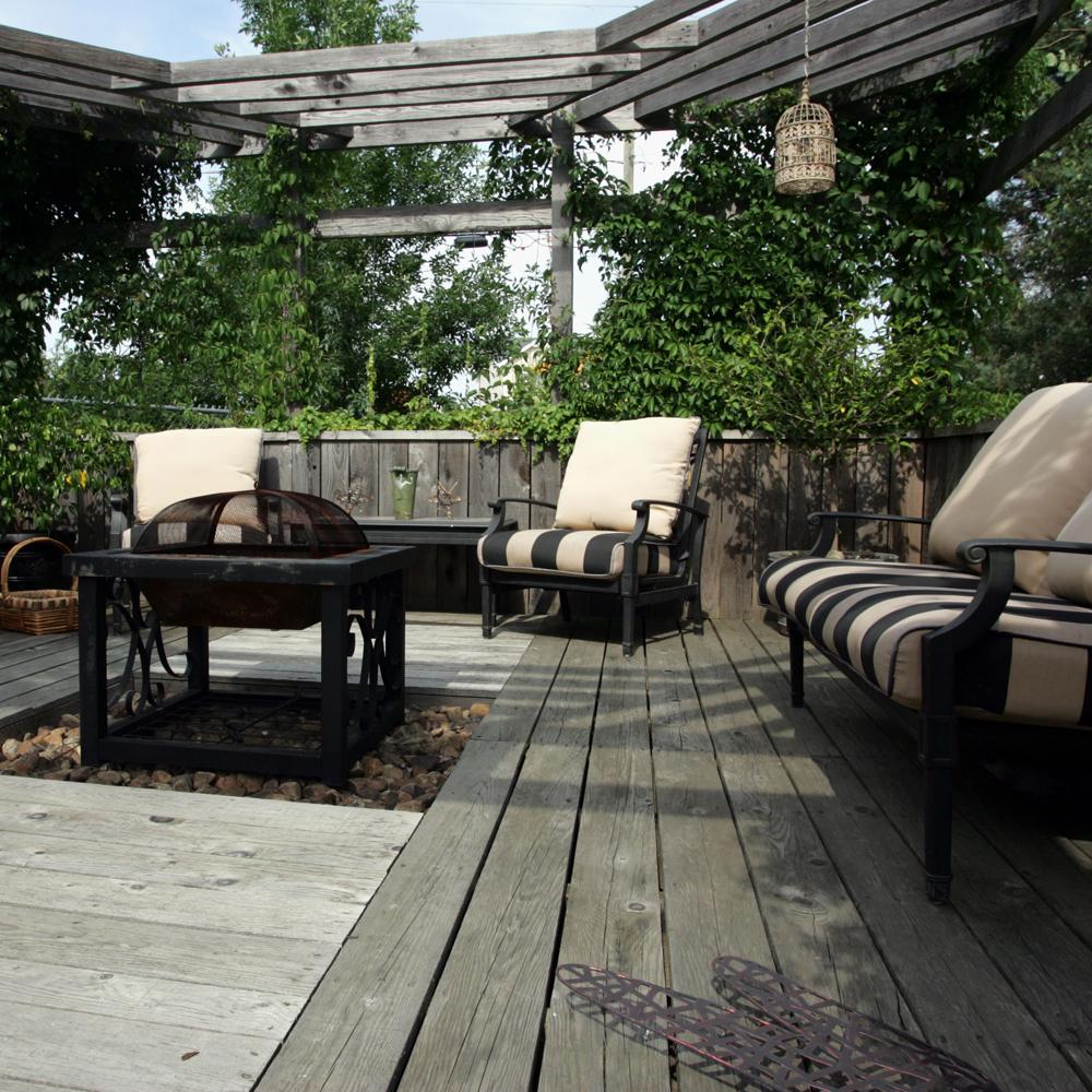 Terrasse de bois et de v g taux cour inspirations for Vegetaux exterieur
