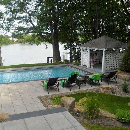 Piscine moderne cour inspirations jardinage et for Amenagement paysager autour piscine
