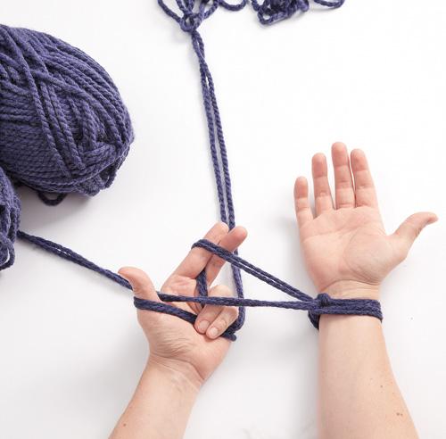 Tricoter un foulard avec les mains trucs et conseils - Tricoter avec les bras grosse laine ...