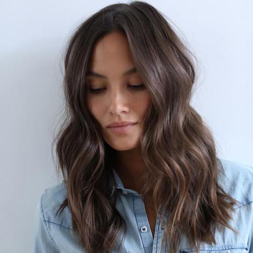 20 coupes parfaites pour les cheveux mi longs trucs et - Carre mi long droit ...