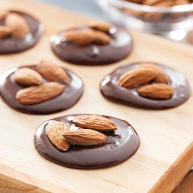 d lices croquants au chocolat noir et amandes recettes cuisine et nutrition pratico pratique. Black Bedroom Furniture Sets. Home Design Ideas