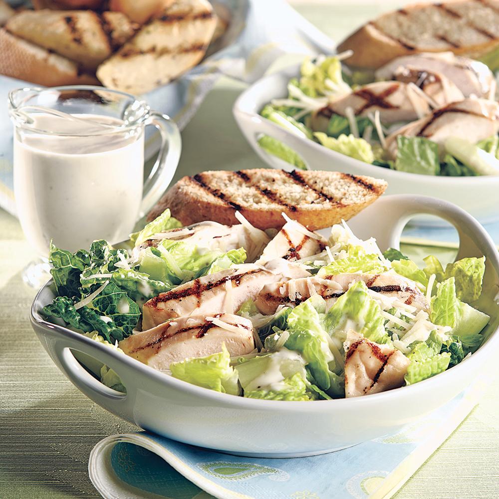 Poitrines de poulet grill es sur c sar recettes - Recette salade cesar au poulet grille ...