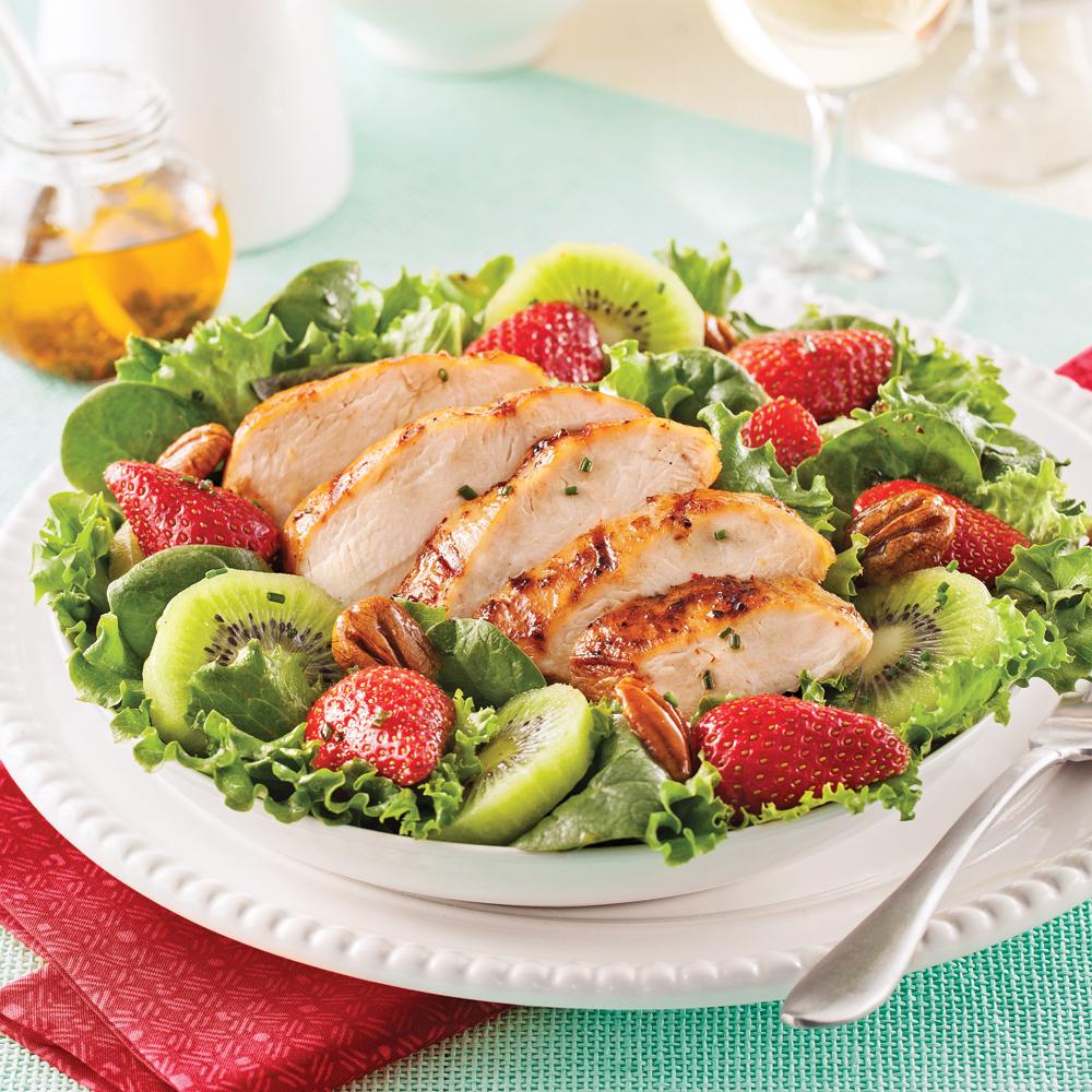salade repas au poulet grill fraises et kiwis recettes cuisine et nutrition pratico pratique. Black Bedroom Furniture Sets. Home Design Ideas