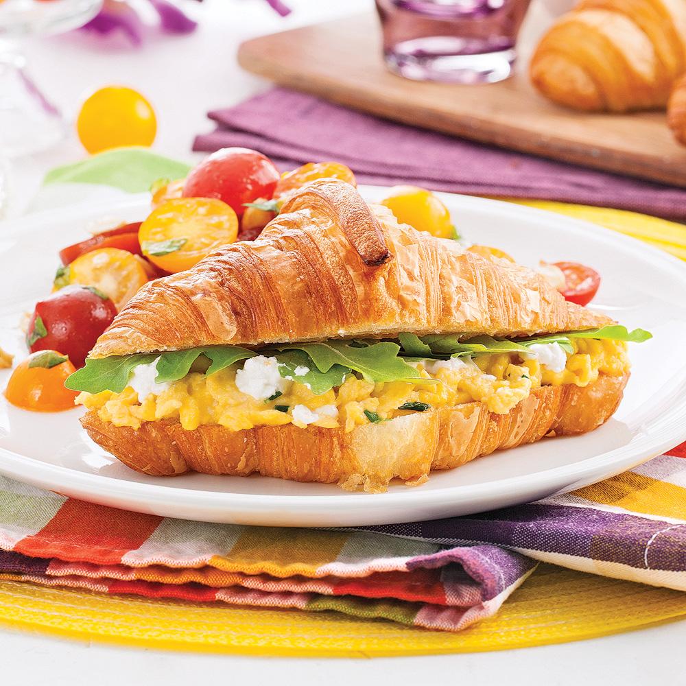 Croissants aux oeufs brouill s et fromage de ch vre brunchs recettes 5 15 recettes express - Quantite de fromage par personne ...
