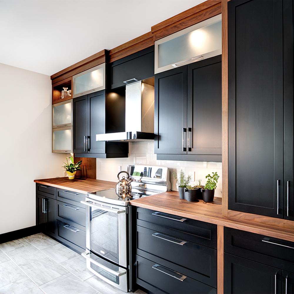 Cuisine Noir Et Blanc Mat cuisine élégante en noir et blanc avec accents de bois - je